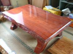 これは座敷テーブル大きさ、高さは指定で足はおまかせってことで。。 完璧なウレタン塗装が塗られています。